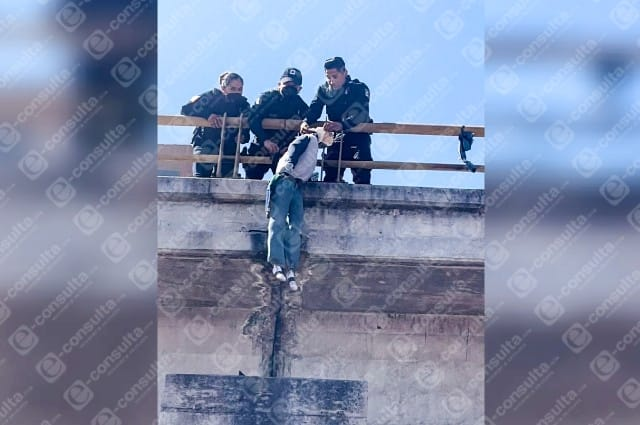 Cuelgan muñeco simulando cadáver en puente del Periférico