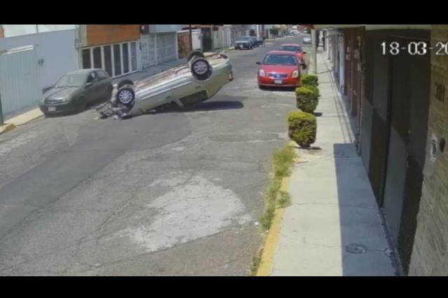 Automovilista vuelca en Valle Dorado al distraerse con celular