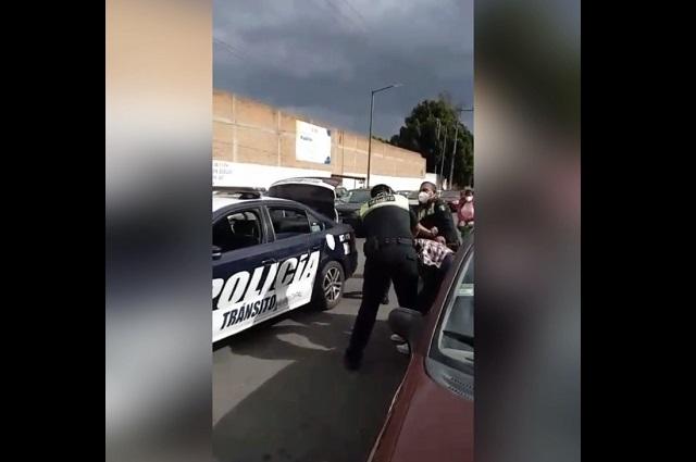 Se habrían excedido agentes al detener a ebrio en Puebla
