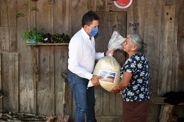 En Tlatlauquitepec apoyan a 4 mil familias con abasto de maíz