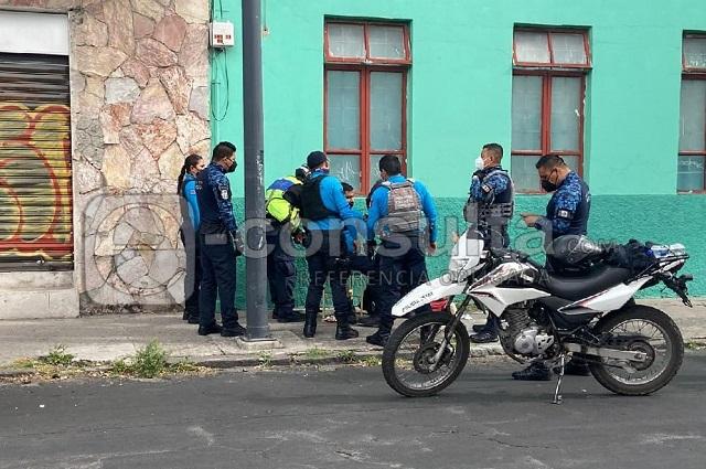 Policía turístico derrapa en su moto en el centro de Puebla