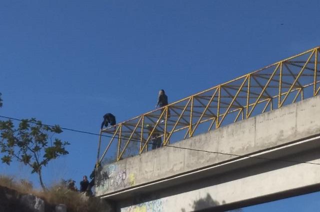 Mujer amaga con lanzarse de un puente en el Periférico
