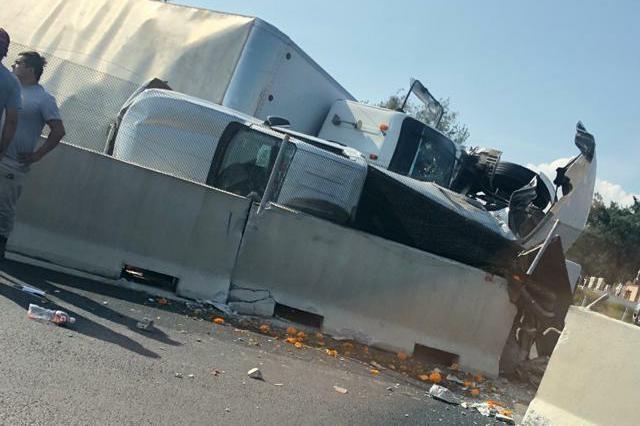 Tráiler aplasta camioneta en la México- Puebla;1 muerto