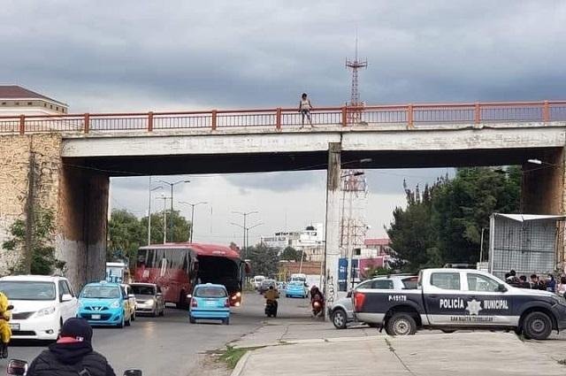 Joven mujer intenta lanzarse de puente en Texmelucan