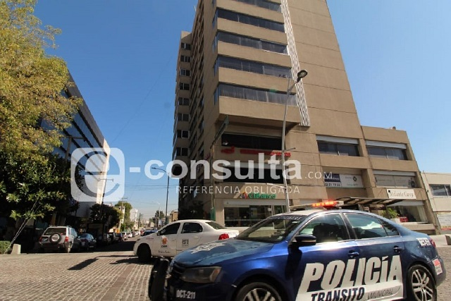 Mujer amaga con aventarse de edificio en la Avenida Juárez