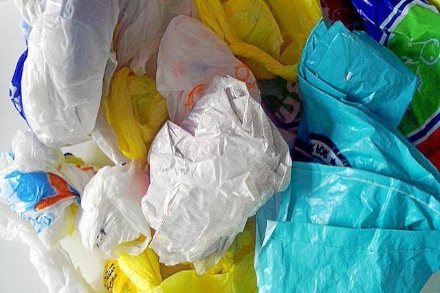 Multarían a tiendas con 422 mil pesos por regalar bolsas en Puebla