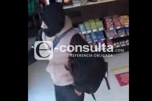 Con cubrebocas, hombres armados asaltan Oxxo en Puebla