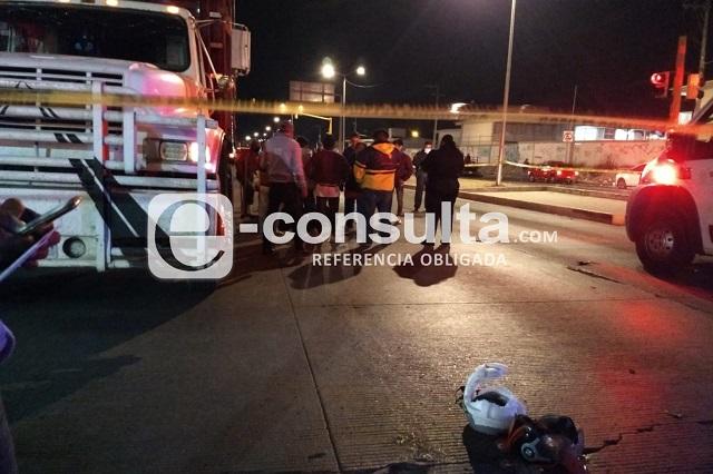 Motociclista choca contra Torton y muere, en Puebla