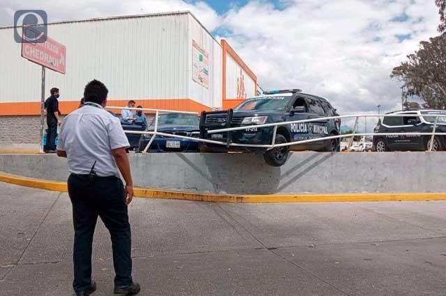 Ahora choca patrulla en estacionamiento de Chedraui Xonaca