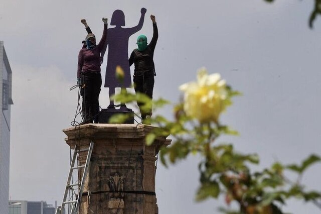 """Instalan """"monumenta"""" a mujeres en exglorieta de Colón, en CDMX"""