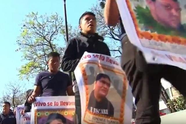 Padres de los 43 reprueban decisión de exonerar a Murillo Karam