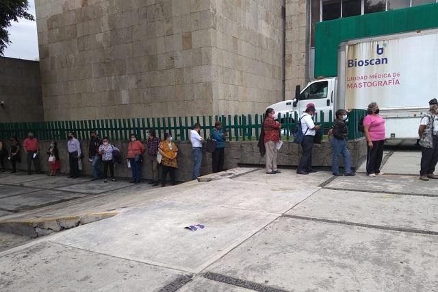 Pacientes hacen larga fila por medicinas en la clínica 2 del IMSS