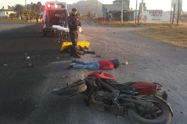 Motociclista muere al chocar contra autobús en Acajete