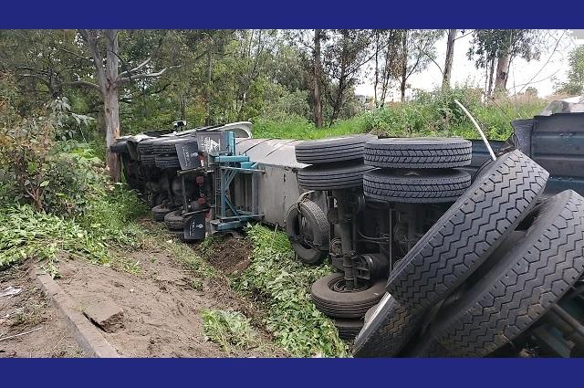 Tráfico y desvío de unidades deja volcadura en la México-Puebla