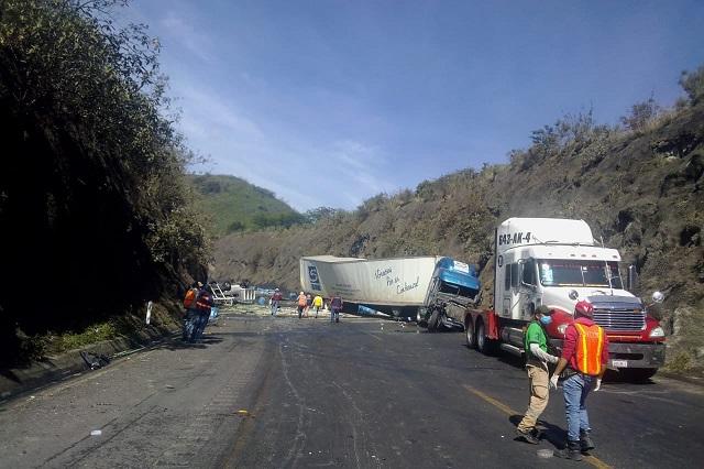 Volcadura deja regada sustancia dañina en autopista Puebla- Orizaba