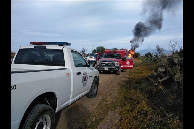 Mantienen incendio en ducto de Pemex en Tepeaca