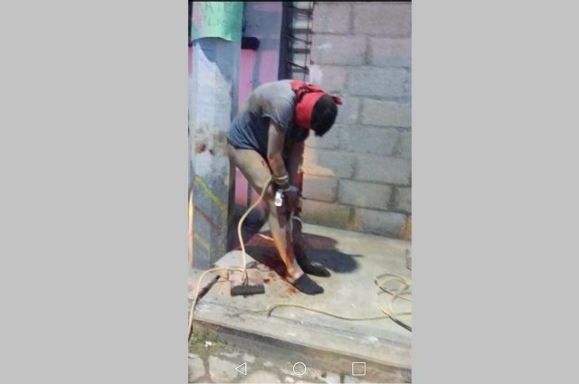 Golpean y atan a poste a ladrón en barrio de Amozoc