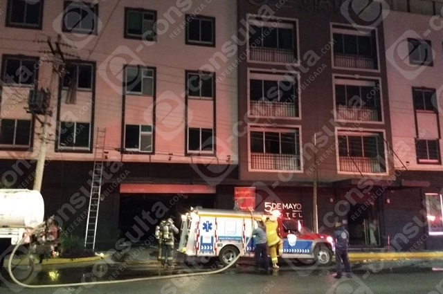 Incendio de vehículo provoca evacuación en hotel de Puebla