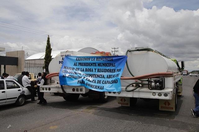 Transportistas exigen seguridad y bloquean accesos a Amozoc