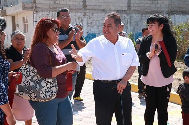 Mario de la Rosa entrega obra en Amozoc