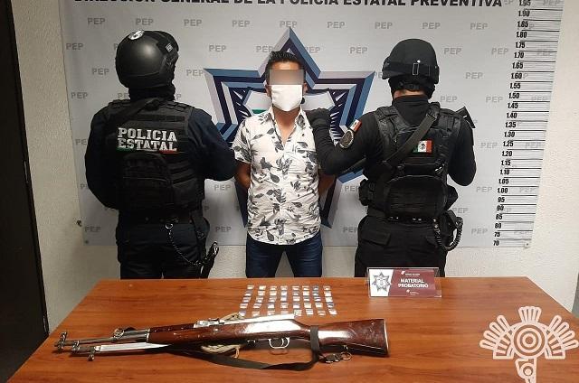 Tras persecución, cae con un AK-47 y droga en Huauchinango