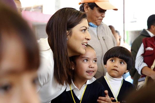 Alcaldesa de Puebla entrega nuevo mobiliario a escuelas de la capital