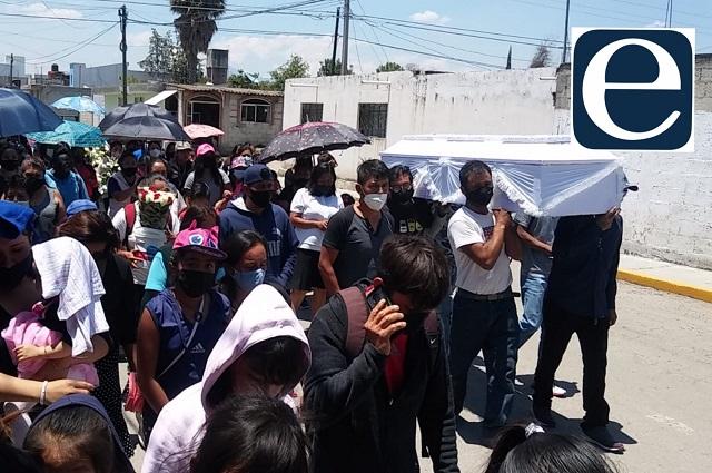Decenas despiden al joven asesinado en Totimehuacán