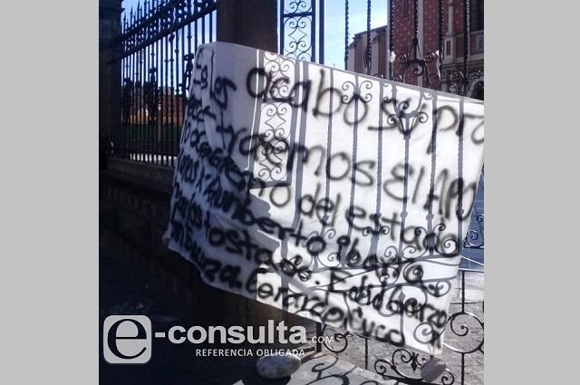 Cuelgan mantas con amenazas en San Martín Texmelucan