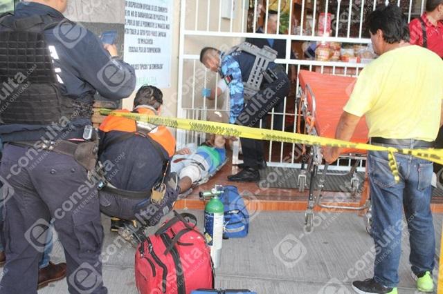 Balean a empleados en intento de asalto a dulcería de Puebla
