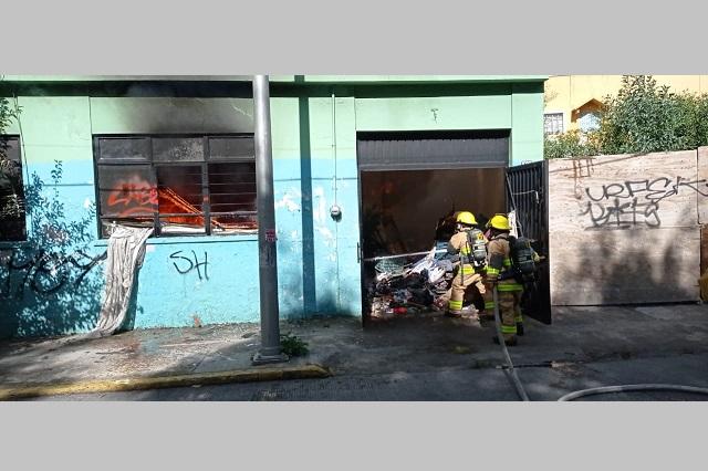 Se incendia casa abandonada en Centro Histórico de Puebla