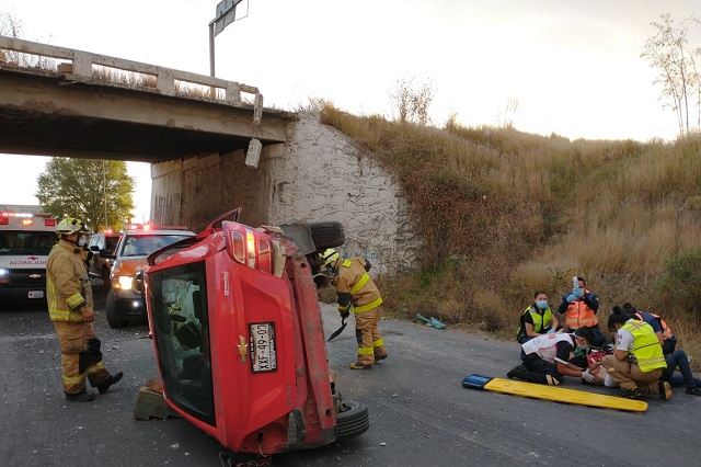 Auto cae desde puente en lateral de la autopista, en Hueyotlipan