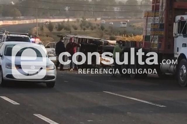 Vuelca en Periférico camioneta cargada con kilos de pollo