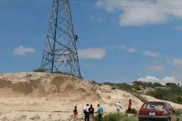 Hombre vuelve a escalar torre de luz en Tehuacán y cae 15 metros