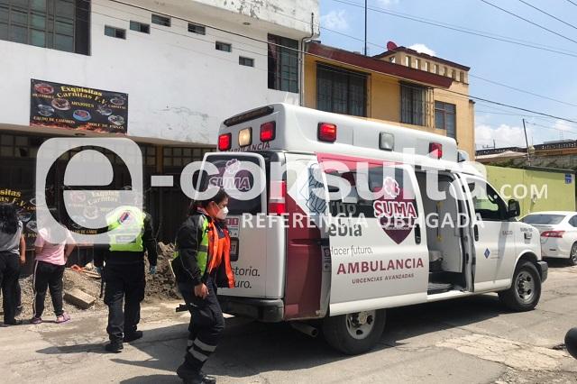 Electricista cae sobre automóvil al resbalar de azotea en Puebla