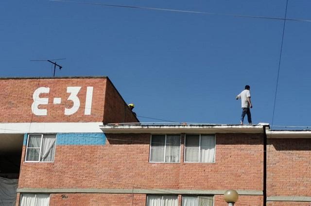 Por horas, hombre amaga con lanzarse al vacío en San Bartolo