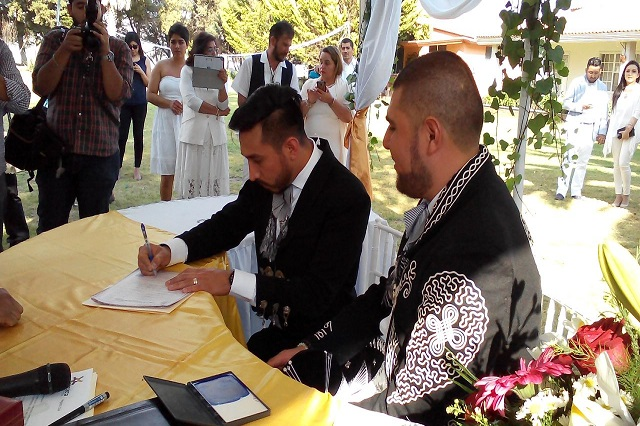Después de ganar amparo dos hombres se casan en Tepeaca