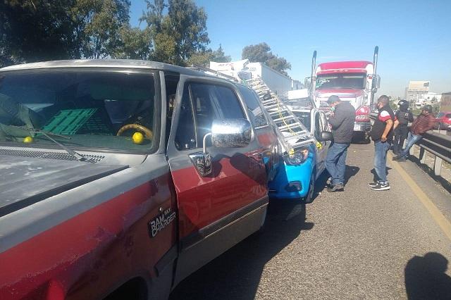 Carambola deja larga fila de autos en la Puebla-Orizaba