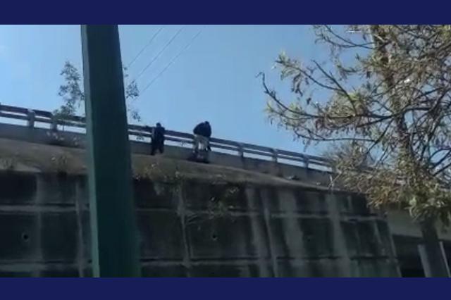 Policías evitan suicidio de adolescente en el Periférico