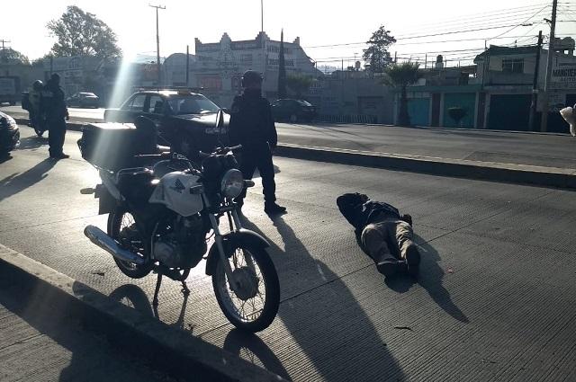Motociclista choca contra taxi y sale herido, en Amalucan