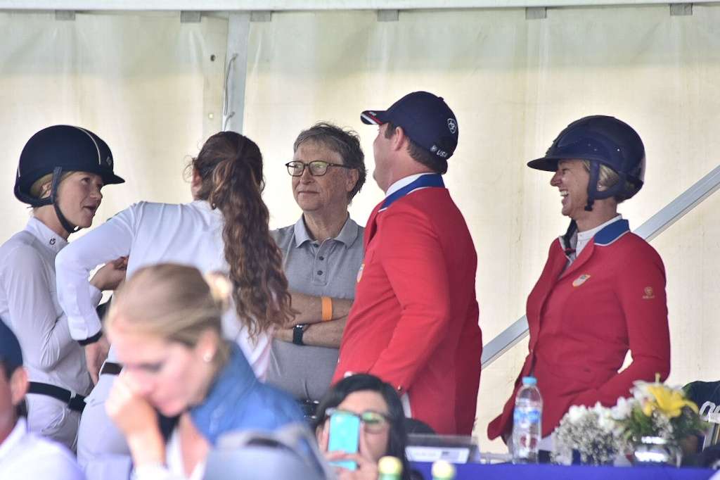 Bill Gates visita Xalapa, apoya a su hija en concurso ecuestre