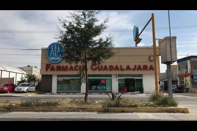 Con armas de fuego asaltan farmacia Guadalajara en Puebla