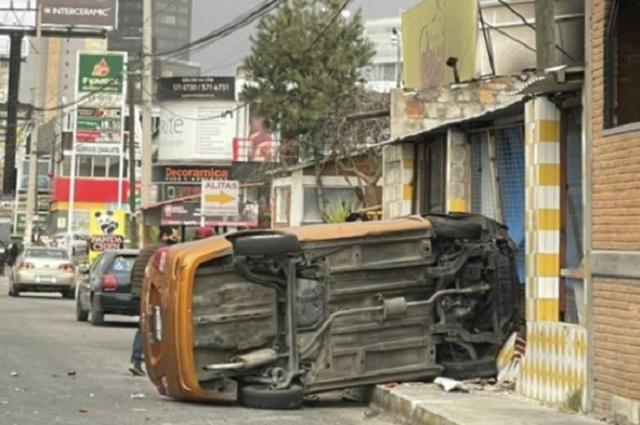 Automovilista choca y vuelca en Calzada Zavaleta; 2 heridos