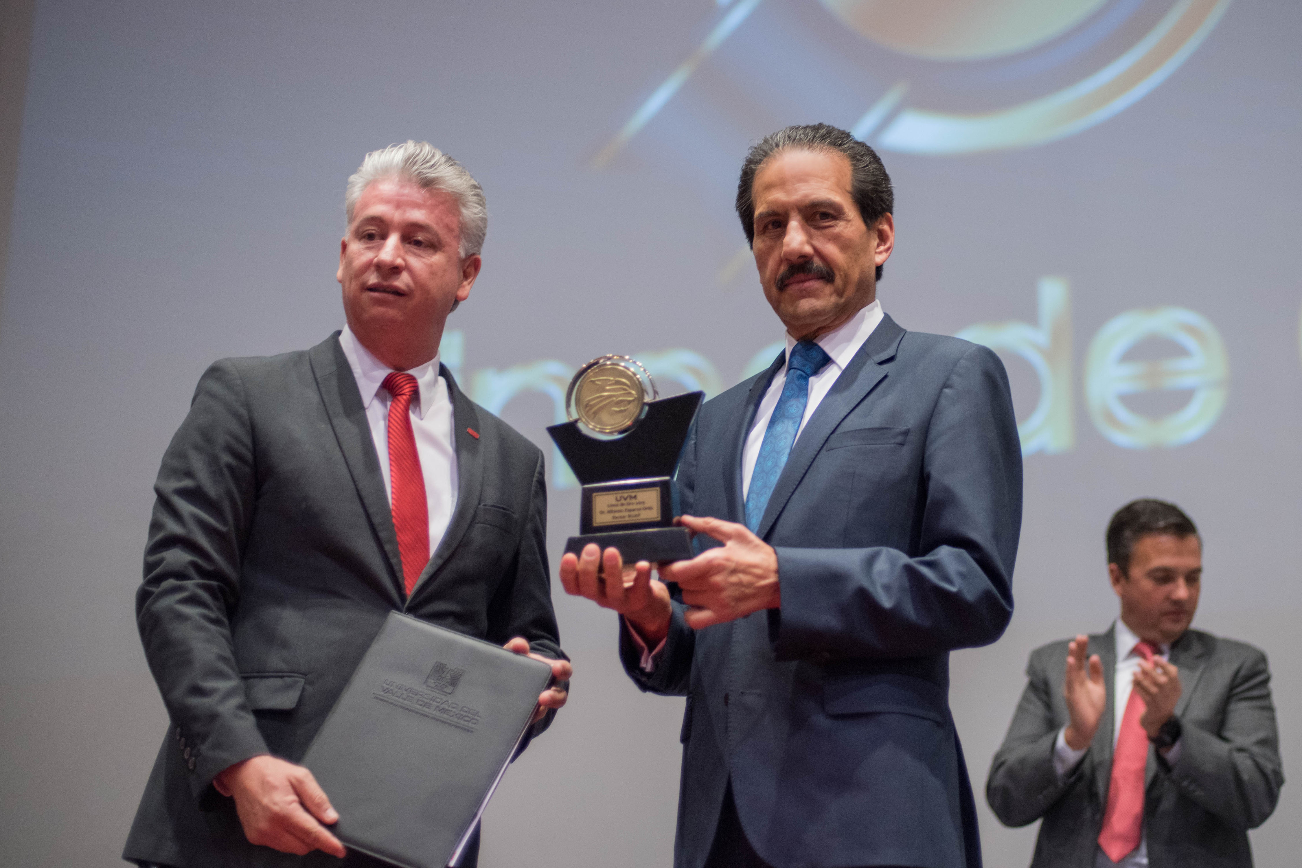 Entregan el Lince de Oro de la UVM al rector Alfonso Esparza