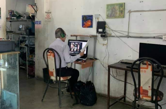Maestro poblano da clases desde un ciber; no tiene internet