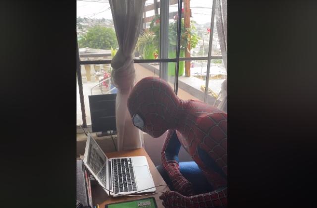 Maestro se disfraza de Spider-Man para clases virtuales