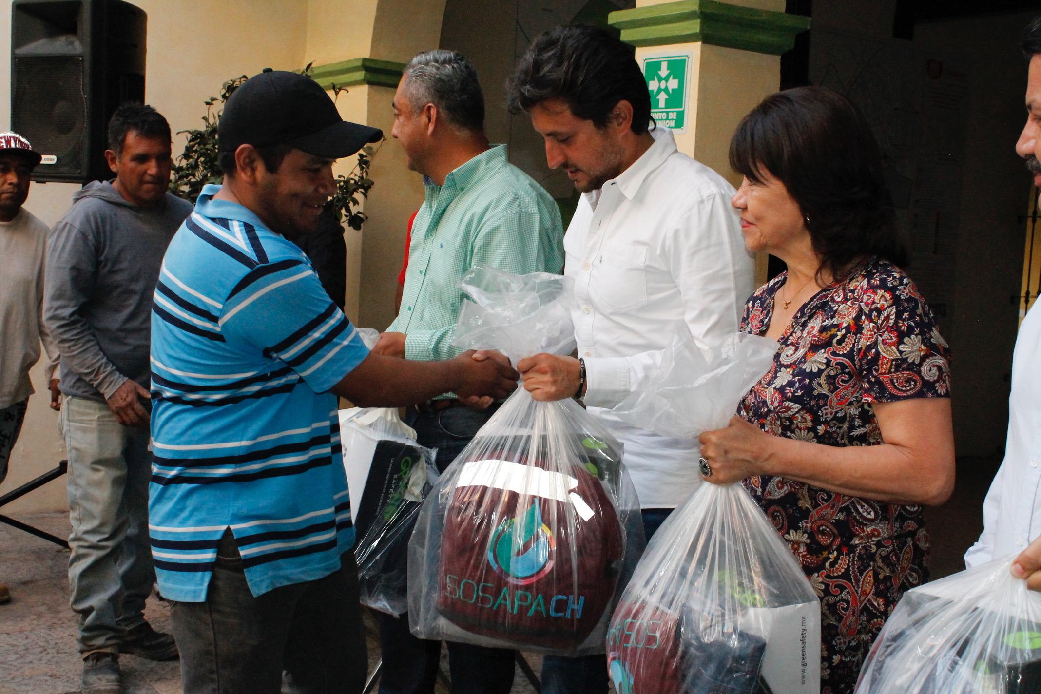 Entregó edil de San Pedro Cholula uniformes a personal de SOSAPACH.