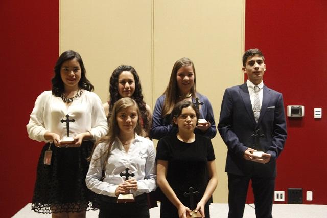 Estudiantes de Preparatorias UPAEP reciben reconocimiento Cruz Forjada