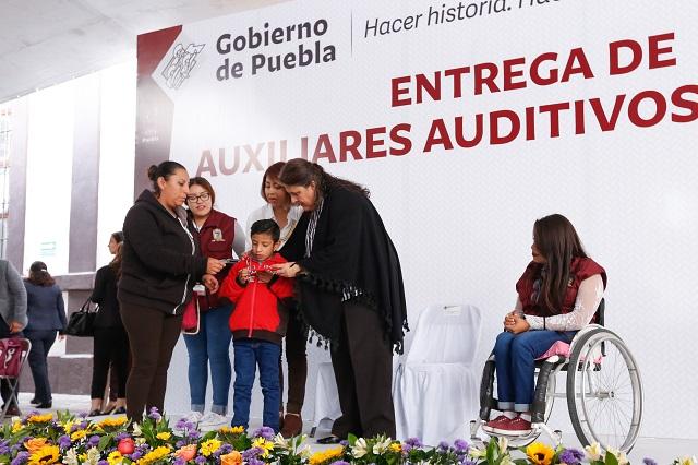 Entrega SEDIF 600 aparatos auditivos y lentes en Puebla