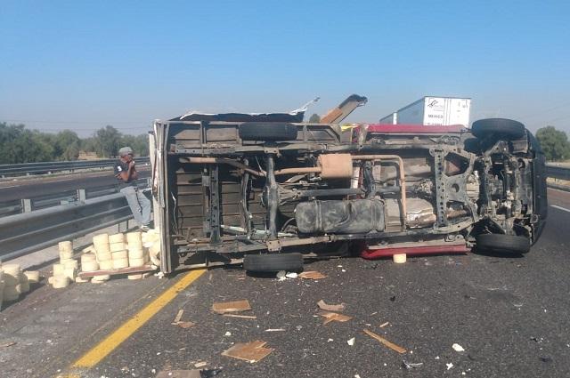 Por volcadura de camioneta con quesos, cierran la Puebla-Orizaba