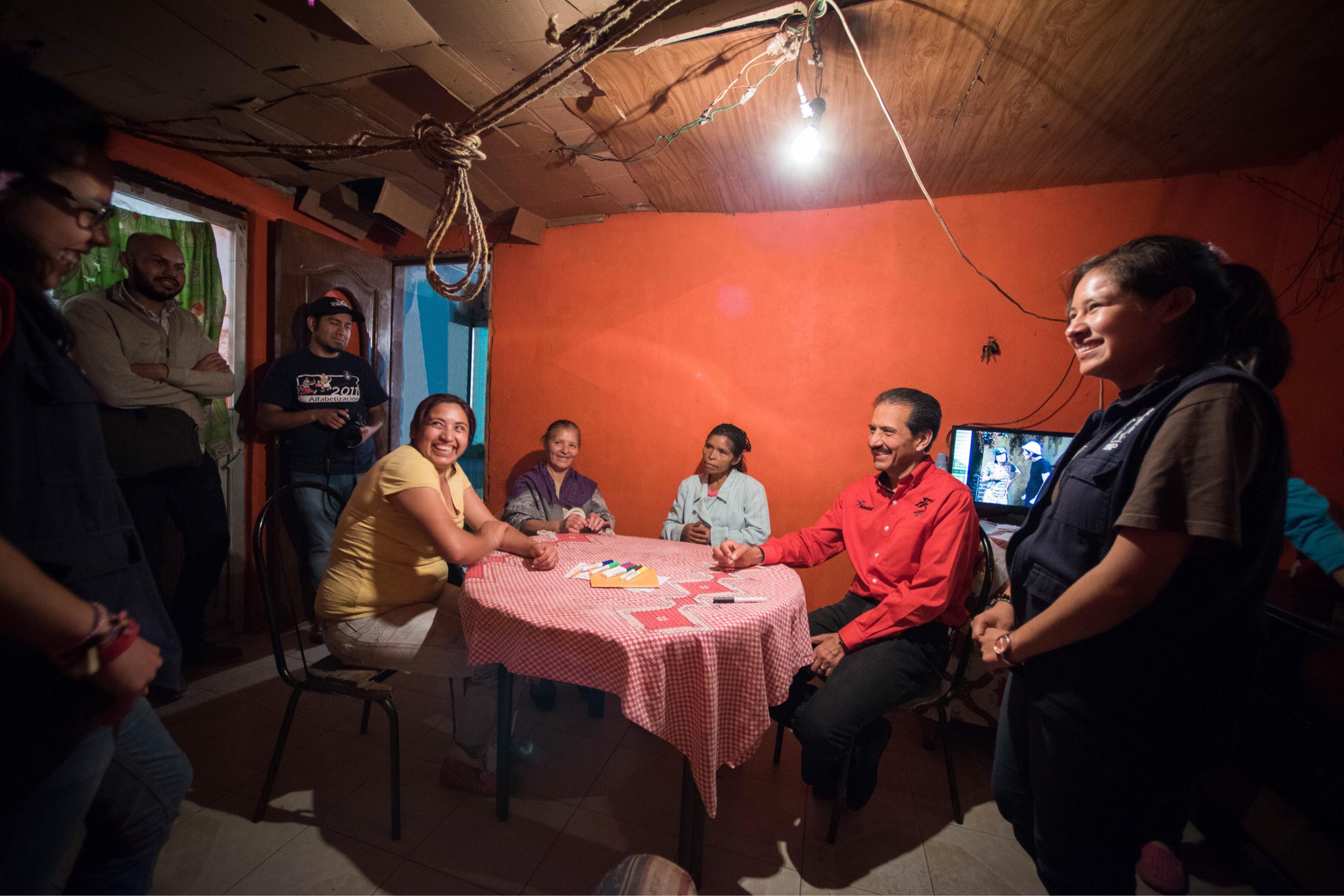 Esparza recorre comunidades de  programa alfabetizador de BUAP